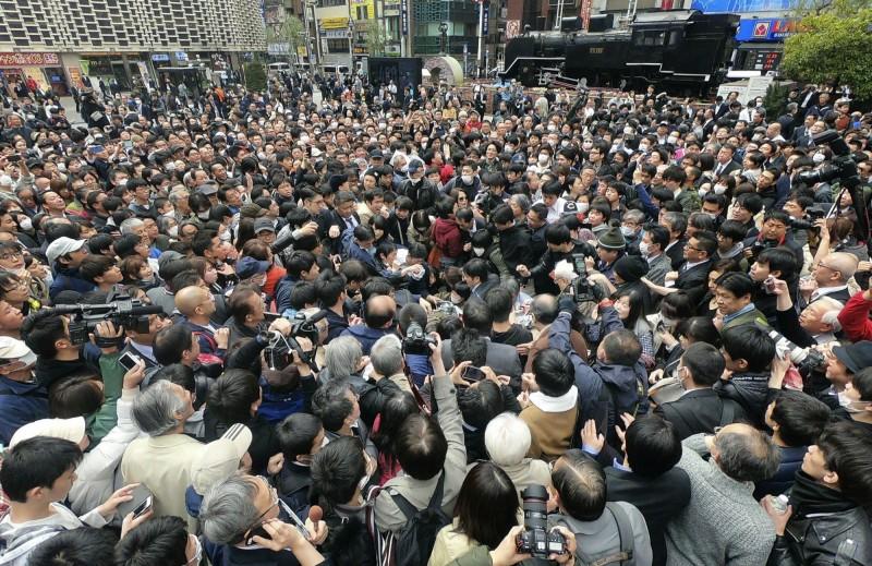 今日各大報社於街頭發放號外,竟然引起民眾瘋搶,不少人因推擠而跌在地上,現場甚至傳出怒吼與慘叫。(美聯社)