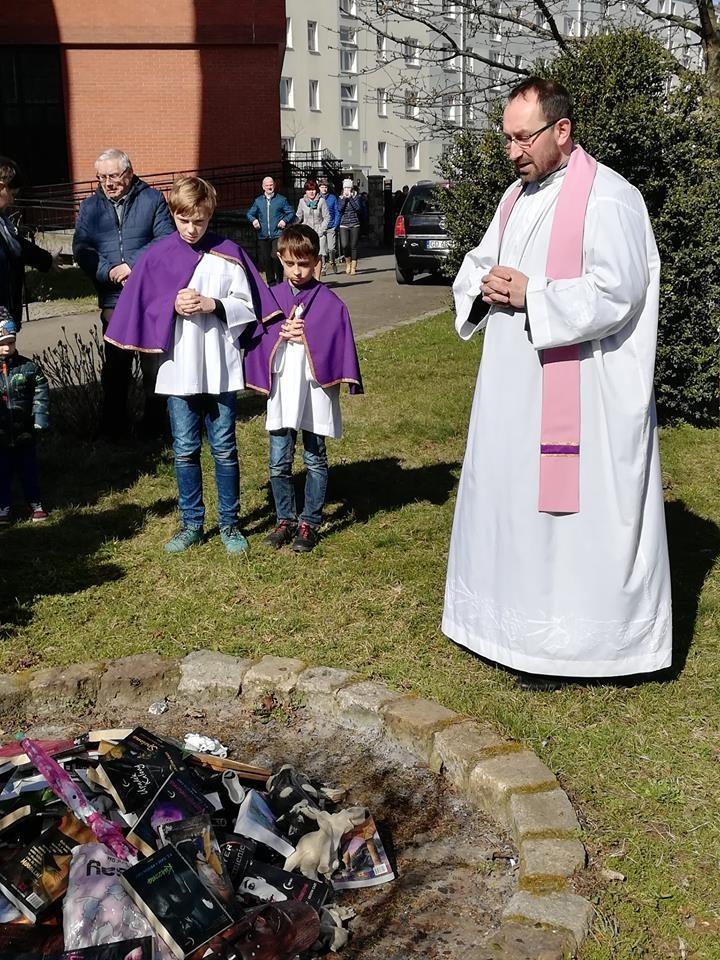 神父們昨日在教堂外公開燒毀他們認為「褻瀆上帝」的物品。(圖取自臉書)