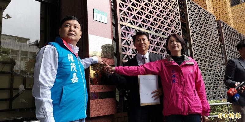 謝龍介(中)今至台北地檢署控告賴清德、陳水扁違反選罷法。(記者黃捷攝)(記者黃捷攝)