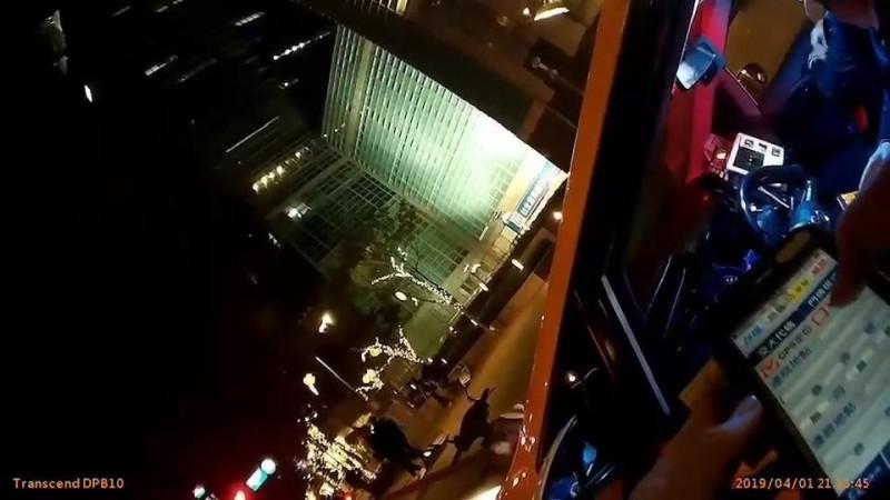 涂清涼在台北101大樓旁違規停車遭警方開單。(記者姚岳宏翻攝)
