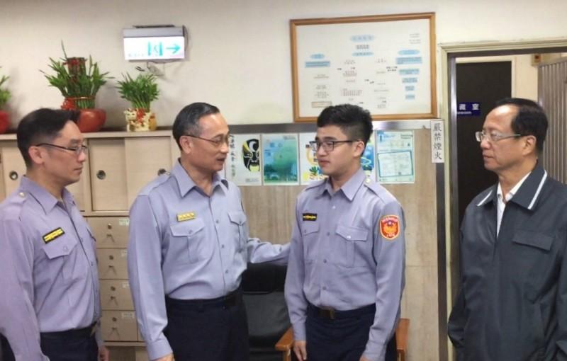 警政署長陳家欽(左2)慰問開單的員警王韋智(右2)。(記者姚岳宏翻攝)
