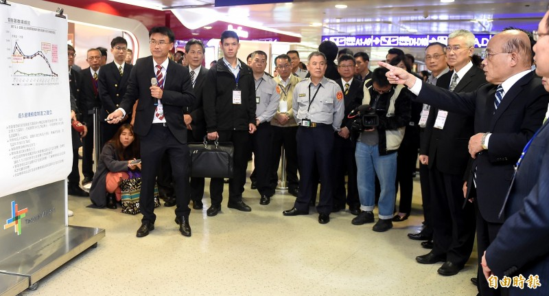 行政院長蘇貞(右)2日上午再度視察桃園機場非洲豬瘟檢疫作業。(記者朱沛雄攝)