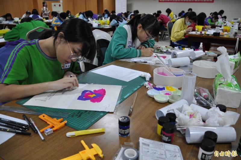學生們全神貫注地參加國中技藝教育競賽。(記者周敏鴻攝)