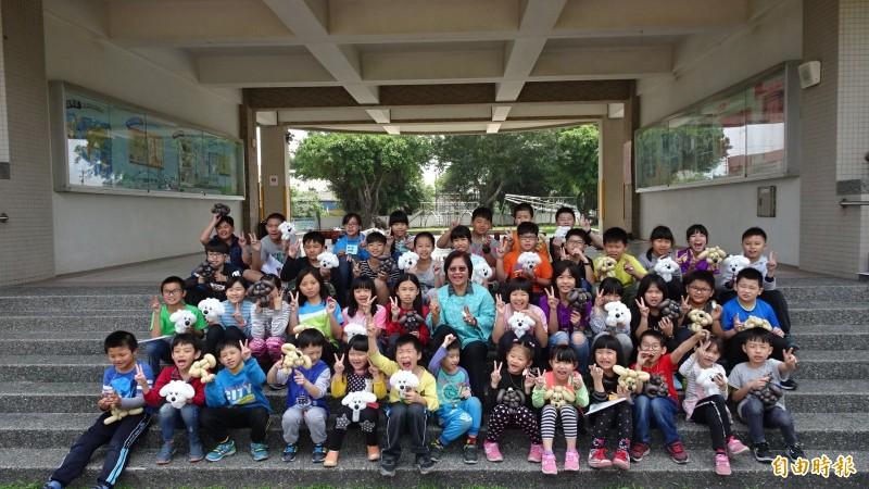 學華國小師生開心遊總統官邸,返校後展示禮物。(記者林國賢攝)