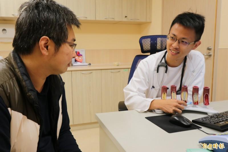 彭姓男子(左)休克送醫,經亞大醫院心臟檢查室主任張育晟(右)與醫療團隊置放葉克膜,並施做心導管手術及重建冠狀動脈血流幸運脫險。(記者陳建志攝)