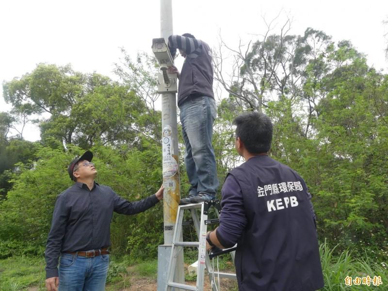 金門縣環保局人員在相關地點增設監視器,將對違法亂垃圾者開罰。(記者吳正庭攝)