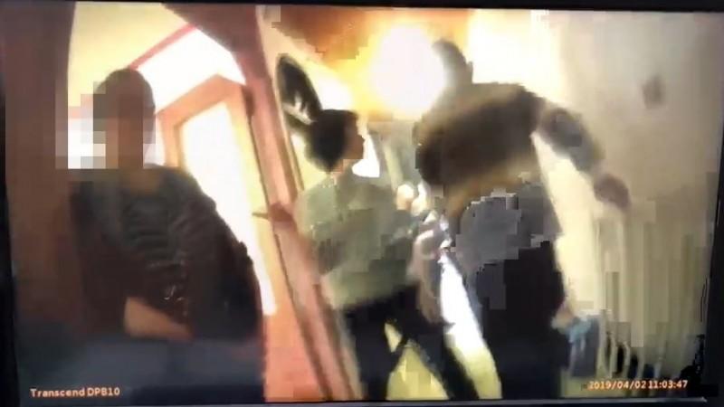 新北市廖姓女子(左)侵入樹林俊英街一處住家工廠,偷竊20萬得手,被屋主夫妻(右)發現攔下逮獲。(記者吳仁捷翻攝)