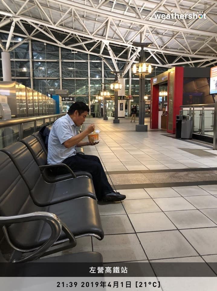 莊瑞雄昨天深夜於臉書貼「泡麵文」,道出屏東人在交通不便下的無奈心情。(截自臉書粉專莊瑞雄-雄有戰力)
