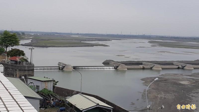 高屏溪流量今天下探至每秒15.4立方公尺。(記者陳文嬋攝)