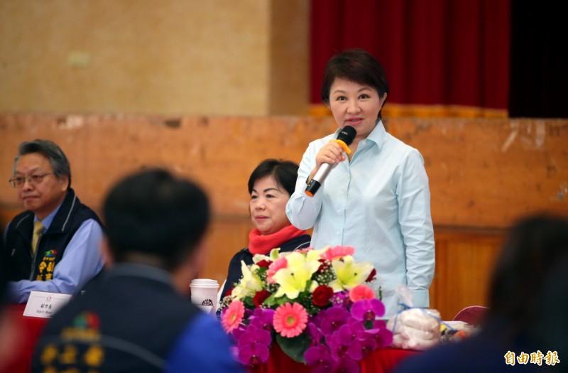 盧秀燕(站立者)施政滿意度吊車尾,她表示,只要好好努力,一定能「開低走高」。(記者張菁雅攝)