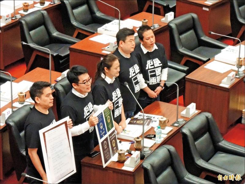 民進黨高市五位議員聯合質詢市長韓國瑜,對於韓扯中國內戰,他們反擊,「我們不是中國人,無法接受內戰說」。(記者王榮祥攝)