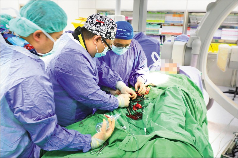 ▲醫療團隊在最短時間內置放葉克膜搶救患者的生命;圖中患者非本文當事人。(記者陳建志翻攝)
