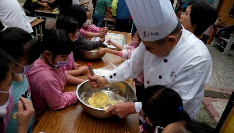 白河區竹門國小學童今動手學作米餅乾,幸福好滋味,要讓小朋友愛上米食。(圖由農糧署南區分署提供)