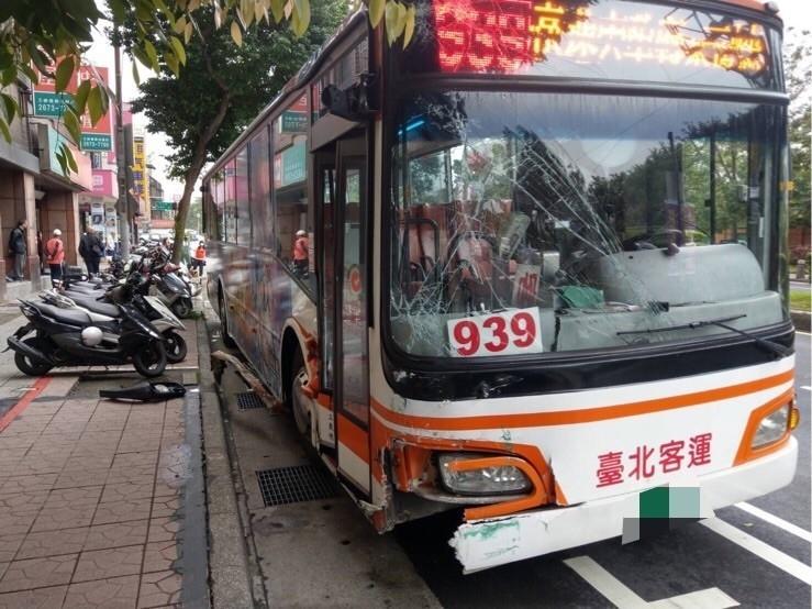台北客運一輛939公車今天在三峽復興路連撞路邊15輛停放的機車,車上30多名乘客都沒受傷,盡忠職守的陳姓駕駛中風病發,直到最後一刻仍堅守崗位,保護全車乘客安全。(記者吳仁捷翻攝)