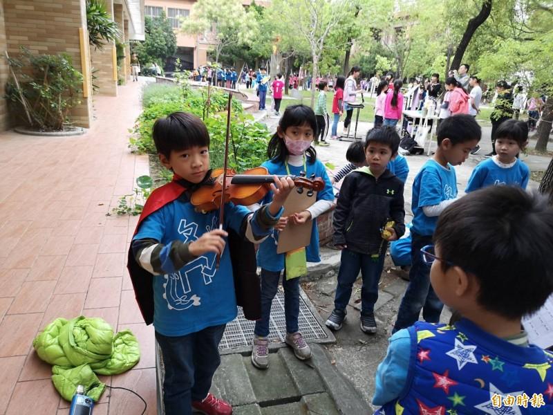 新竹市清華大學附設小學今天舉辦兒童節街頭藝人表演活動,有70組學生大秀才藝,相當精采。(記者洪美秀攝)