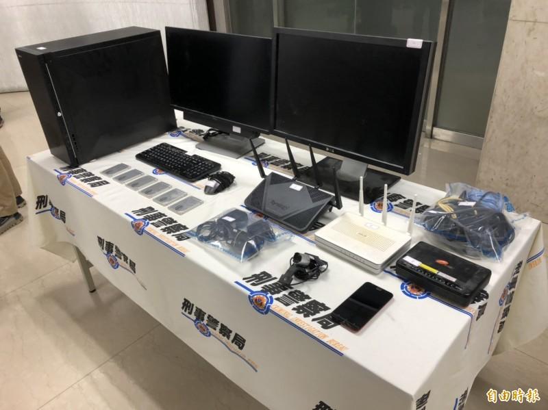 警方查扣架設總統大選賭博網站所用電腦、螢幕、數據機、手機及EOS虛擬貨幣帳戶。(記者邱俊福攝)