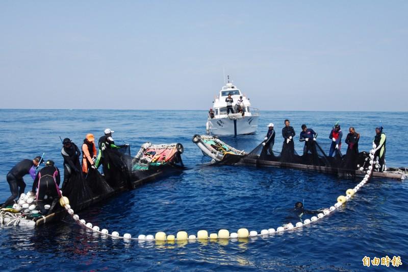 恆春飛魚船隊捕撈技術特殊,耗費人力多。(記者蔡宗憲攝)