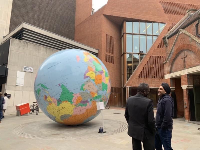 總統蔡英文母校、倫敦政經學院(LSE)校內一座地球裝置藝術,將「中國」與「台灣」分開呈現,引發中國留學生抗議。LSE校方今天召集中國與台灣留學生召開會議後,屈服於「一中原則」,將請藝術家把台灣塗上和中國一樣的顏色,並將原本以首都形式標記的台北改為城市形式。(LSE台灣留學生提供)