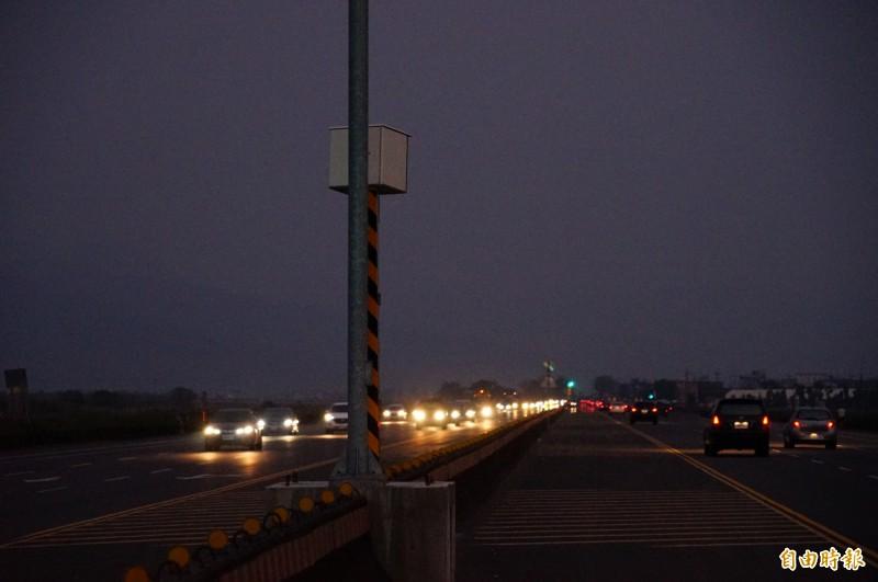 戰備跑道的測速照相桿附近沒有道路照明設備,用路人常會忽略它的存在。(記者陳彥廷攝)