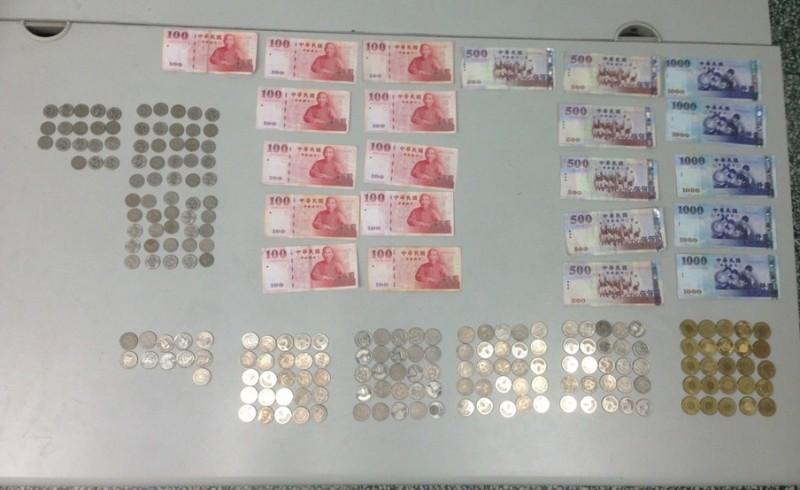 男子沒錢搭車回台北,異想天開搬偷串燒店收銀機被逮。(記者黃良傑翻攝)