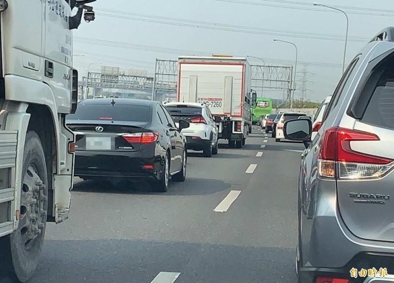 國道1號中部南下路段大塞車,彰化系統交流道路段塞爆。(記者湯世名攝)