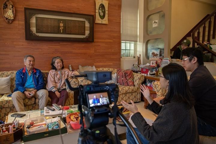 「神毽飛揚」拍攝團隊訪談蔡伯期(左一)、黃美智(左二)兩位推手。(黃孝文提供)