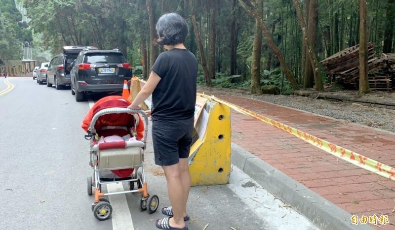 溪頭人行道工程改善後,比路面高出一大截又缺乏通道,娃娃車被迫與車爭道,險象環生。(記者謝介裕攝)