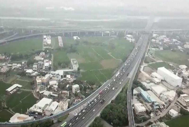 國道1號彰化系統交流道空拍南下大塞車畫面曝光,塞車景象相當壯觀。(翻攝臉書彰化踢爆網)