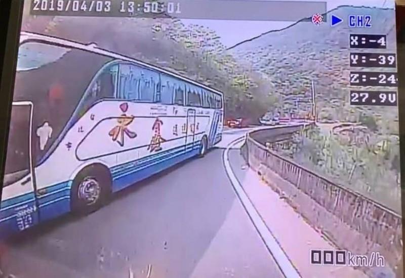 遊覽車跨越到對向車道超車,害對向轎車撞護欄。(圖擷取自爆料公社)