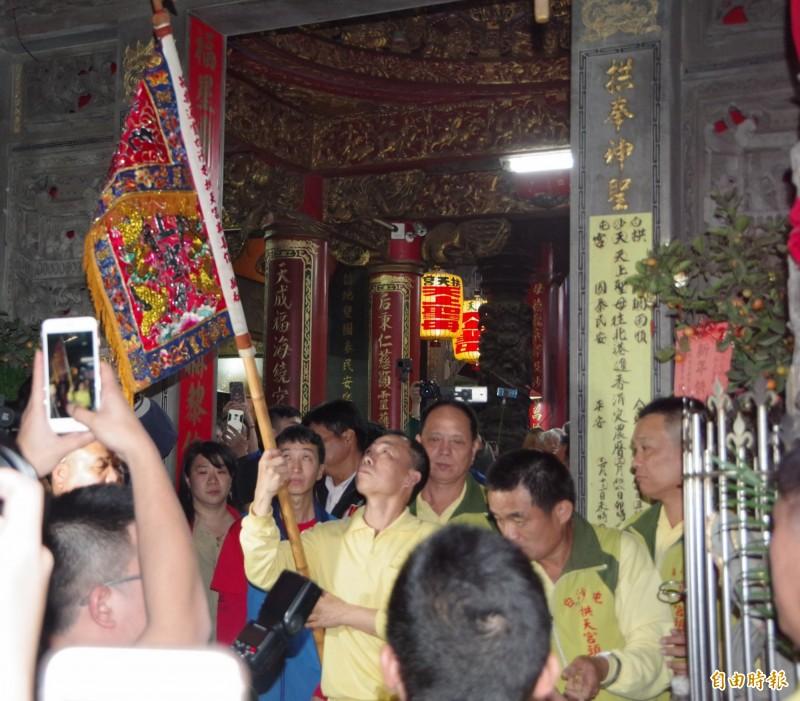 沙屯拱天宮媽祖婆南下進香倒數3天,拱天宮今晚舉行「放頭旗」儀式。(記者蔡政珉攝)