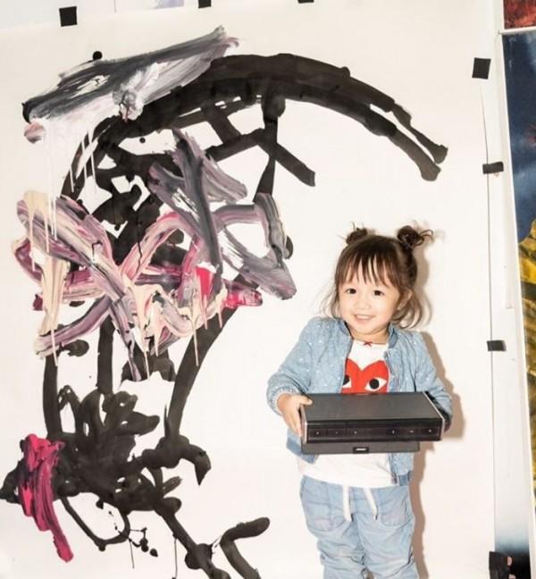 裘恩年僅2歲,就已舉辦2次個人畫展。(圖擷取自IG@lolajuneart)