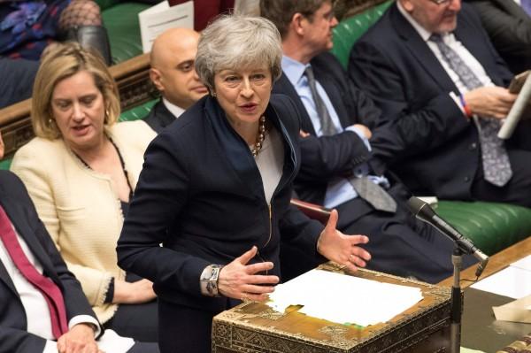 英國國會下議院週三(3日)以313票同意、312票反對通過法案,將強迫首相梅伊(見圖)向歐盟要求延長脫歐期限,以避免12日出現無協議脫歐的狀況。(法新社)