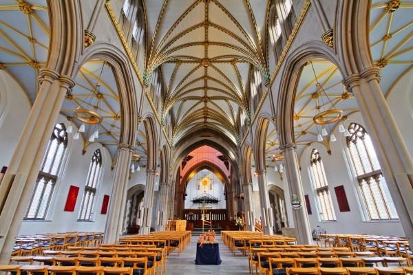 英國蘭開夏郡布拉克本鎮一座擁有230年歷史的老教堂,於當地時間週三凌晨發生大火,火勢一發不可收拾。(圖擷自推特)