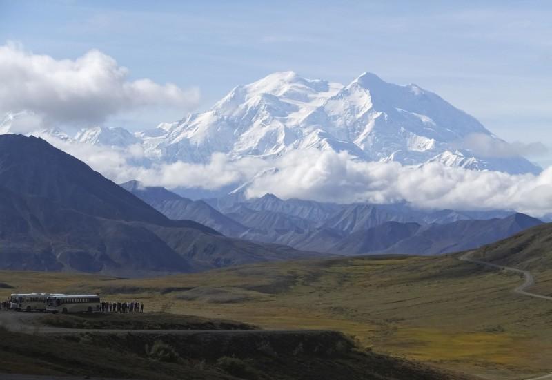 美國阿拉斯加的北美最高峰「丹納利」(Denali)冰川融化,66噸登山者的排泄物將「重見天日」。(美聯社)