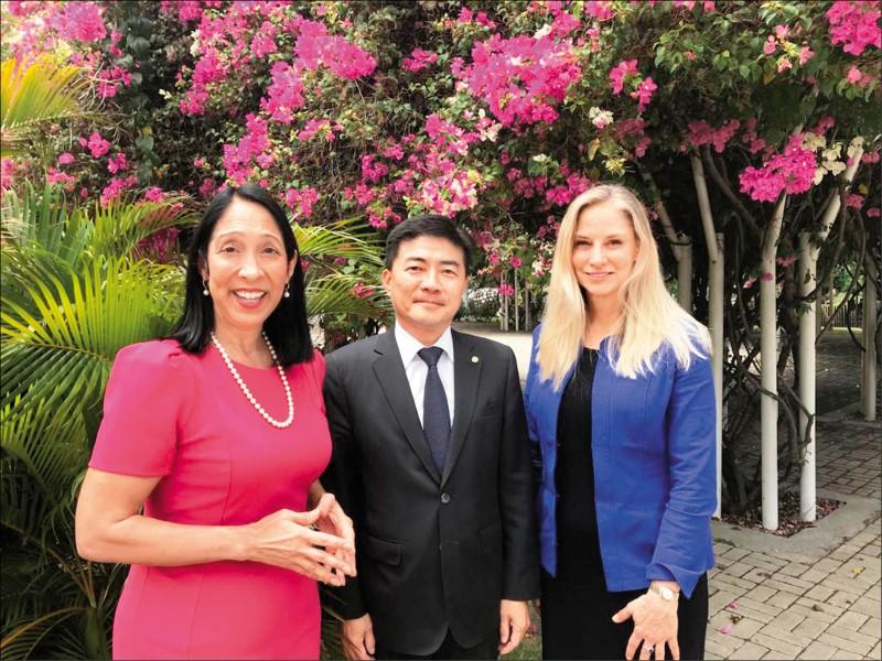 美國副助卿Cindy Kierscht(右起)、我駐海地大使胡正浩與美國駐海地大使席森二日在海地會面合影。(取自美國駐海地大使館推特)