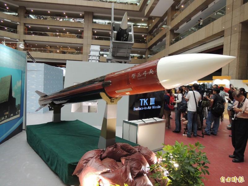 中科院將天弓三型飛彈研改為海弓三飛彈,希望成為海軍新一代軍艦上的艦用中程防空飛彈系統。圖為天弓三型飛彈。(記者羅添斌攝)