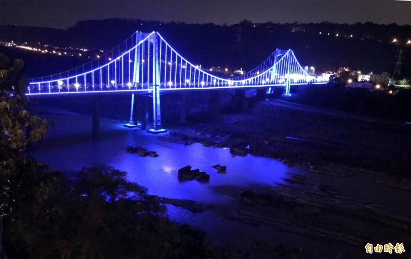 夜遊大溪觀光吊橋,有機會可以看到如同馬祖的「藍眼淚」美景,令遊客十分驚喜。(記者李容萍攝)