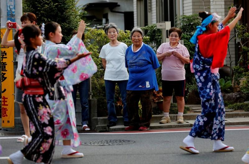 日本為防範非洲豬瘟,本月22日起若旅客攜帶動物產品入境日本卻未申報被查獲,最高將開罰100萬日圓,約台幣27萬元,或3年有期徒刑。圖為日本慶典遊行隊伍。(路透)