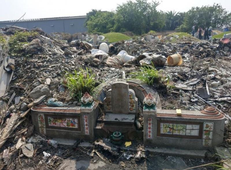 網友痛批無良的廢棄物處理商,竟將建築廢棄物全倒在他家的祖墳上。(圖擷取自爆怨公社)