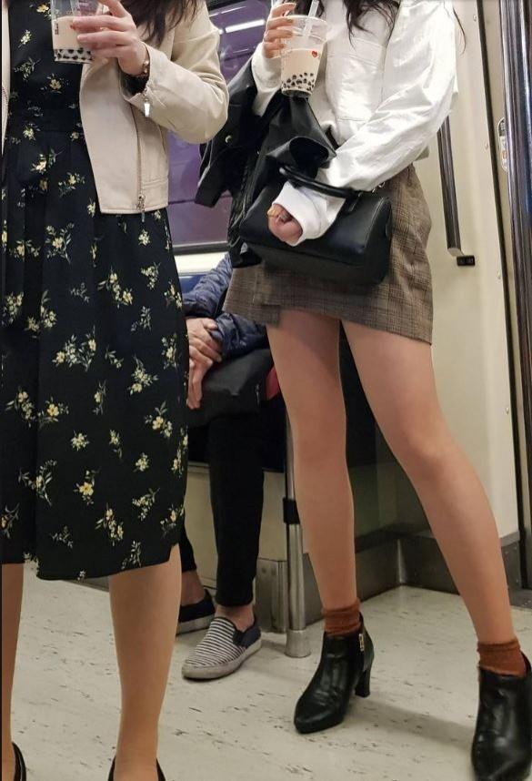一名台灣網友3日在PTT上PO出照片,表示有2名外國的正妹在捷運上大喝珍奶。(圖擷取自PTT)