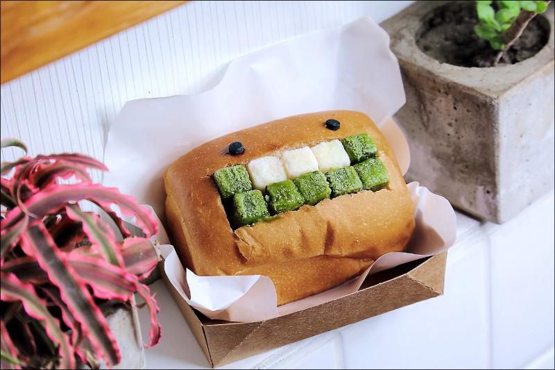 抹茶牛乳/100元。夾入10顆冰磚製成的抹茶牛乳口味怪物漢堡,吃得到日本宇治抹茶的濃醇與茶香,搭配3顆新鮮牛乳做的冰磚平衡甜度,是夏天必嚐美味。(記者李惠洲/攝影)