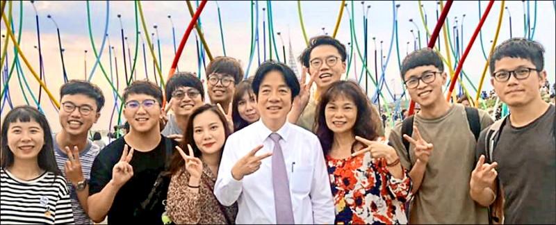 前行政院長賴清德前天參觀台南2019漁光島藝術節,許多遊客看見賴清德現身,紛紛要求合影留念。(取自賴清德臉書)