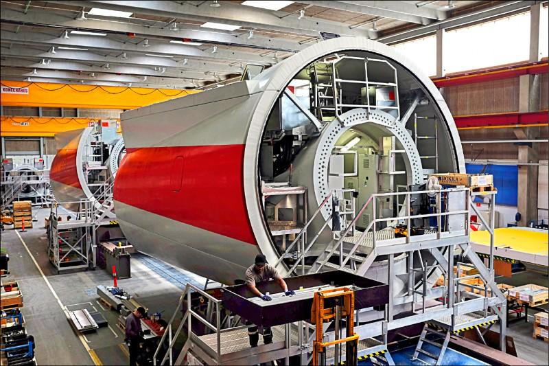 全球離岸風機龍頭西門子歌美颯去年宣布將在台設置亞洲首座離岸風機機艙組裝廠,希望恐落空。圖為西門子歌美颯在丹麥的風機機艙產線。(中央社資料照)