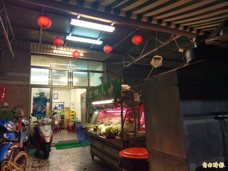 嘉義市「西門小吃」開到凌晨零時、菜色變化多,被熟客稱讚為深夜食堂。(記者王善嬿攝)