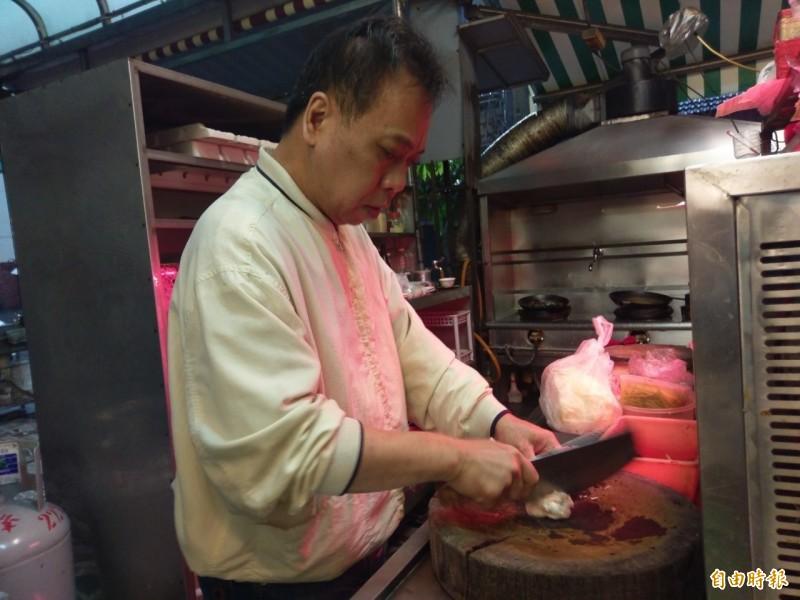 西門小吃老闆林司隆掌廚資歷豐富,中西式菜餚難不倒他。(記者王善嬿攝)