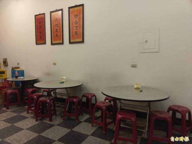 西門小吃開業數十年,店內還有知名政客匾額。(記者王善嬿攝)
