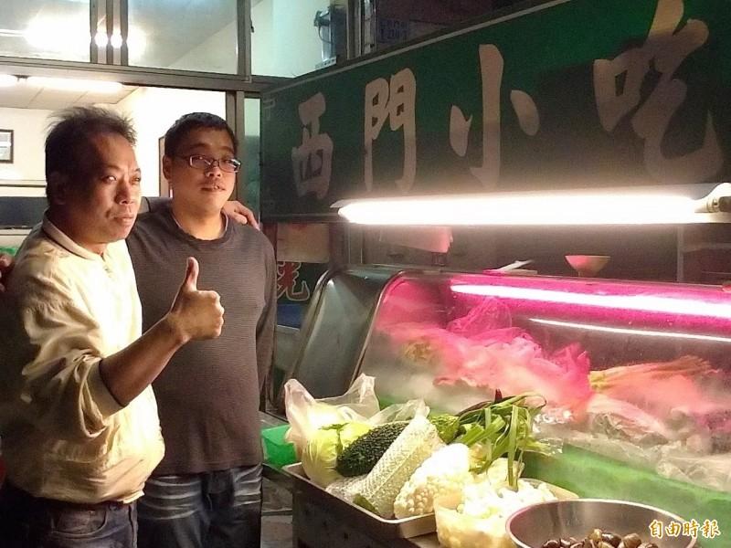 林司隆(左)跟兒子林建禹(右)樂與客人交流,讓外地遊客感受嘉義人熱情。(記者王善嬿攝)