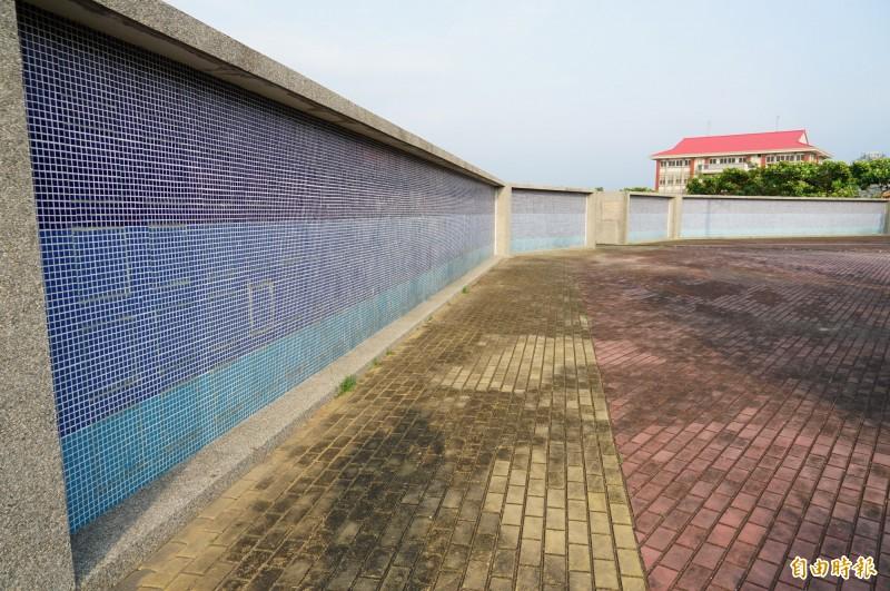 林邊鄉第六公墓有樹葬、花葬及壁葬區,圖為壁葬區。(記者陳彥廷攝)