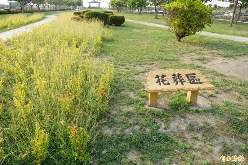 林邊鄉第六公墓有樹葬、花葬及壁葬區,圖為花葬區。(記者陳彥廷攝)