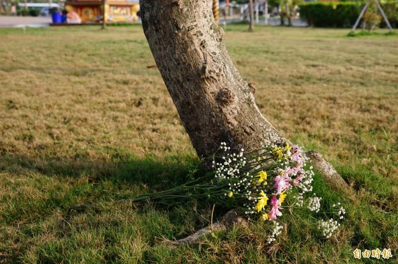 林邊鄉第六公墓有樹葬、花葬及壁葬區,圖為樹葬區由後人所帶來的鮮花。(記者陳彥廷攝)